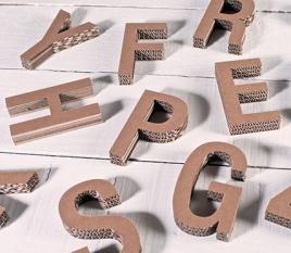 Petites lettres majuscules en carton