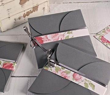 Pochette en carton avec fermeture en forme de fleur