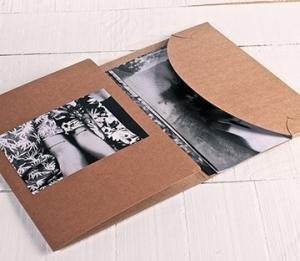 Pochette en carton pour des photos
