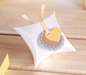 Boîte cadeau avec ruban et un coeur