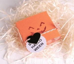 Boîte Halloween avec sourire de citrouille