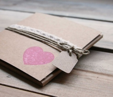Boîte rustique en kraft avec de la corde et un cœur