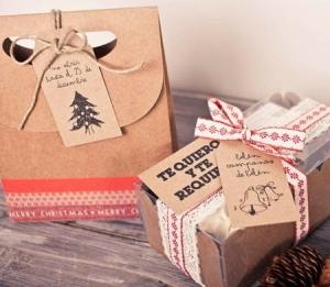 Sac cadeau avec une étiquette pour Noël