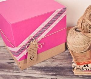 Boîte cadeau rose avec cordon kraft