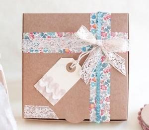 Jolie boîte cadeau avec noeud et ruban fleuri