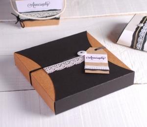 Délicate boîte cadeau avec dentelle et étiquette