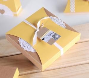 Boîte cadeau avec couverture coulissante et dentelle