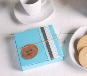 Boîte bleue pour des cookies et biscuits