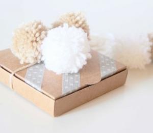Petite boîte avec pompons pour invitation