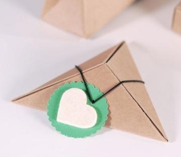 Petite boîte cadeau triangulaire