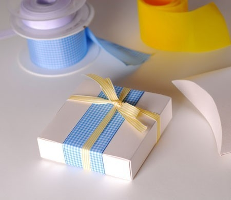 Boîte cadeau avec noeuds