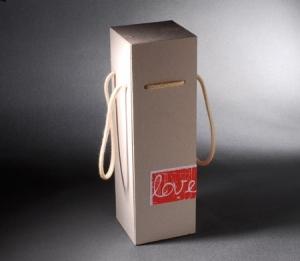 Boîte avec étiquette pour une bouteille de vin