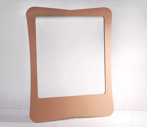 Photo booth en carton avec déguisements