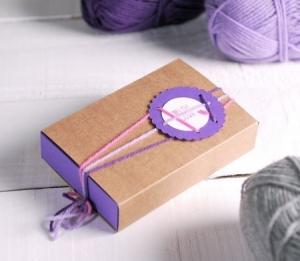 Boîte bicolore décorée avec de la laine