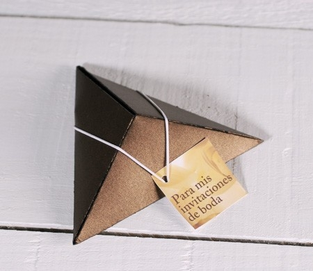 Boîte pyramidal pour des invitations de mariage