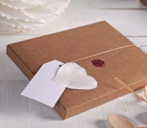 Boîte décorée avec cire et plumes