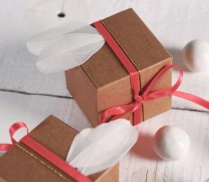 Boîte cadeau carrée ornée de plumes