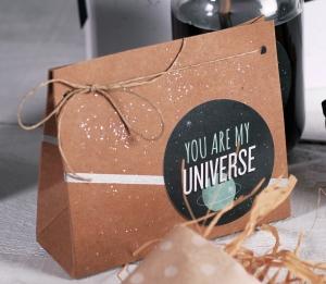Sac cadeau avec décoration spatiale