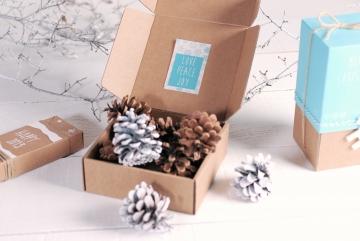 caja de envíos decorada para Navidad