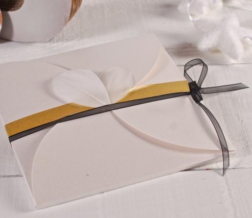 Sobre de cartón con cierre en flor