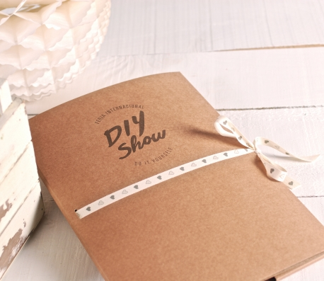 Carpeta de cartón con logo impreso