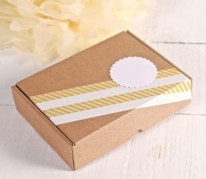 Boîte rectangulaire avec une décoration jaune et blanche