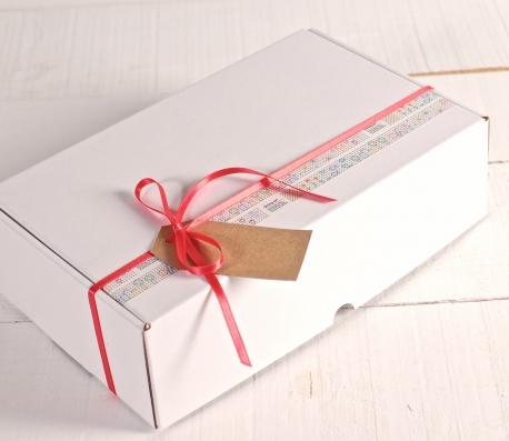 Boîte décorée de washi tape et ruban rouge