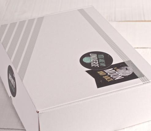 Caja rectangular decorada con pegatinas Universo