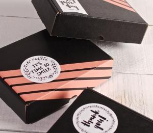 Boîte décorée de washi tape et autocollants « Happy »