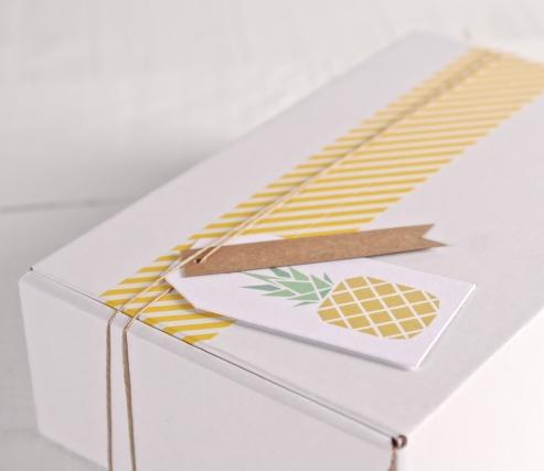 Boîte tropicale avec l'étiquette « Ananas » et washi tape jaune