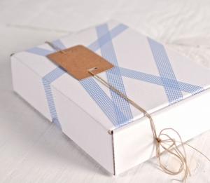 Boîte blanche décorée avec du washi tape carrés bleus