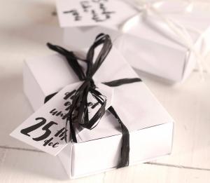 Boîte avec des étiquettes de Noël