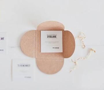 Enveloppe en carton pour des chèques cadeau