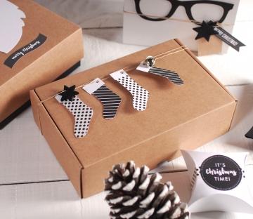 Caja con calcetines navideños