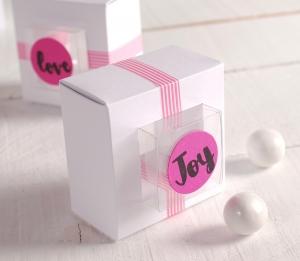 Boîte cadeau avec cadre blanc et rose