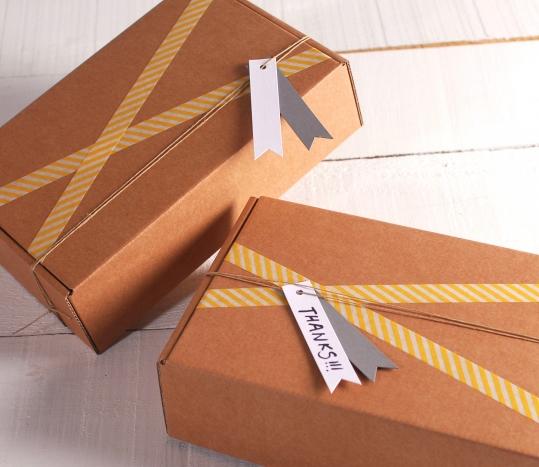 Boîte kraft avec des bandes jaunes