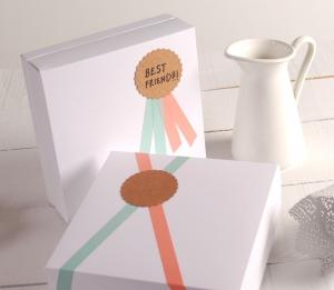 Boîte carrée blanche décorée avec médaille