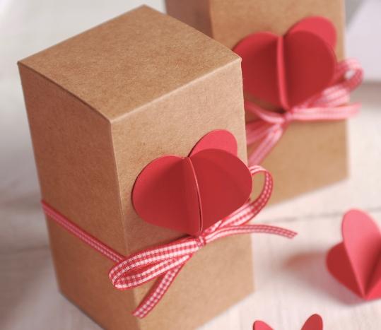 Boîte longue avec le coeur 3D et le ruban