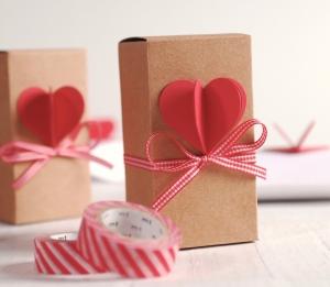 Boîte allongée avec cœur 3D et ruban