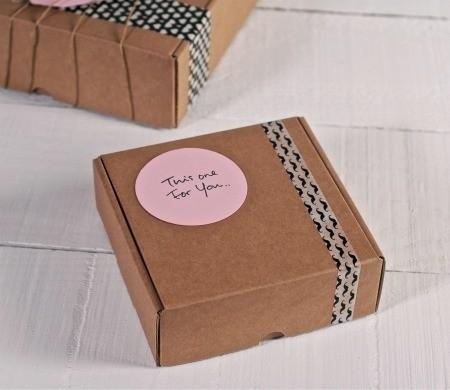 Bo tes en carton pour petits envois postaux for Cajas personalizadas con fotos