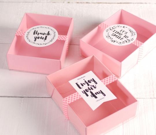 Petite boîte avec des messages à offrir