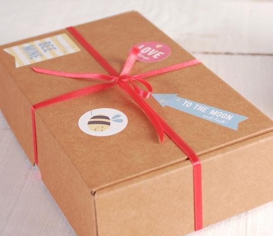 Petite boîte à cadeaux avec des autocollants