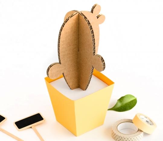 Cactus en carton avec récipient