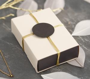 Petite boîte élégante avec bandeau