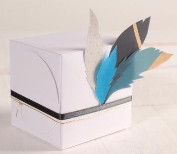 Scatola da regalo quadrata con piume
