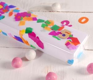 Boîte pour fêtes allongée décorée avec des confettis