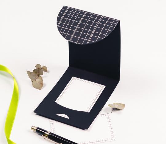 Enveloppe en carton pour cartes et bons avec un motif de lignes.