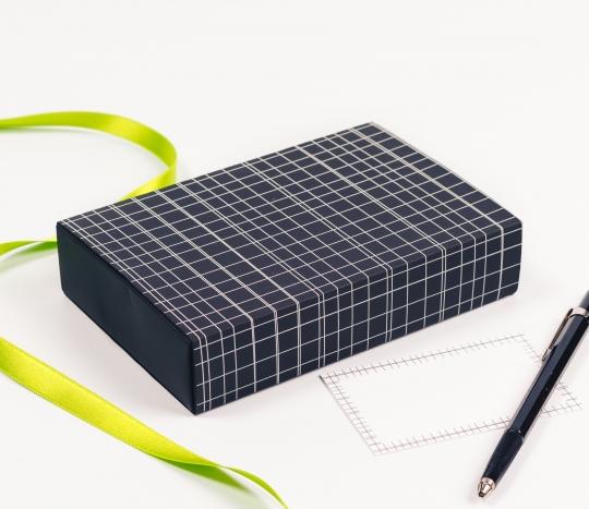 Boîte avec ruban pour cartes avec motif de lignes.