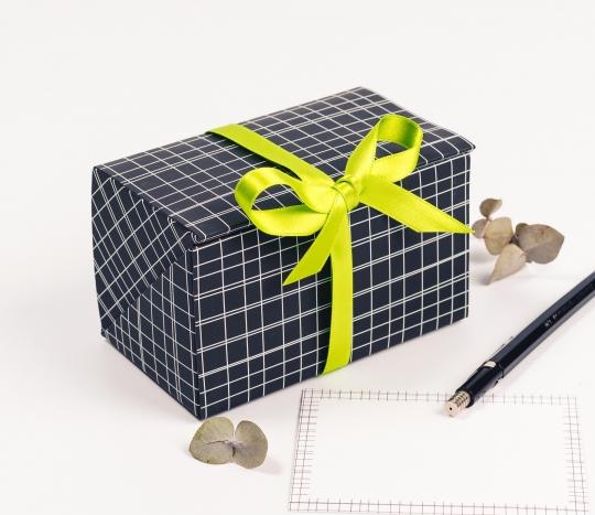 Boîte pour bons avec motif de lignes.
