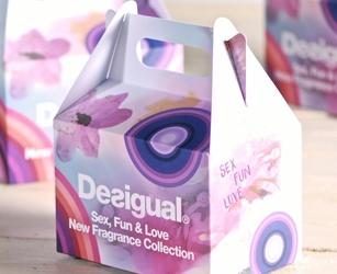 Coffret de bienvenue avec gadget pour évènement interne. Boîte en carton multicolore personnalisée.